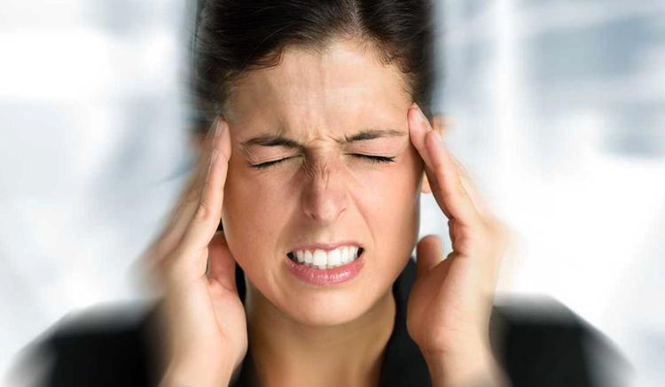 У женщины головная боль