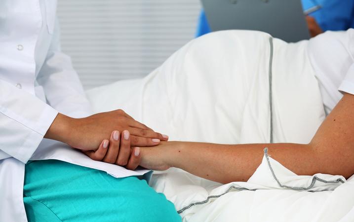 Беременная женщина с врачом