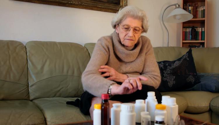 Пожилая женщина болеет циститом