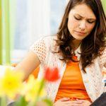 Режущая боль в нижней части живота у женщин: причины и что делать